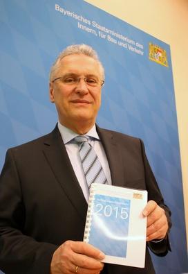 Innenminister Herrmann mit einem Vorabdruck des Verfassungsschutzberichts 2015