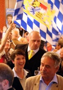 Frauke Petry: Einmarsch in den Festsaal im Hofbräukeller vorne rechts: (Wilfried Biedermann, Vorsitzender der AfD München Ost)