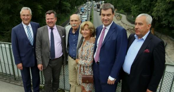 Innenminister Herrmann mit dem 2. Bürgermeister Schmid, Hermann Grub und Petra Lejeune-Grub, Heimat- und Finanzminister Söder und Kultusminister Spaenle über der 'Narbe', die den Englischen Garten teilt.